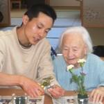 スタッフと花をいけるおばあちゃん