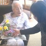 花を抱えるおばあちゃん