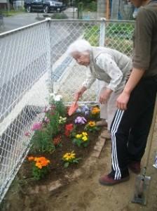 スコップを手に花壇を作る
